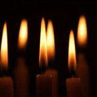 Kaarsen aan voor mens en dier