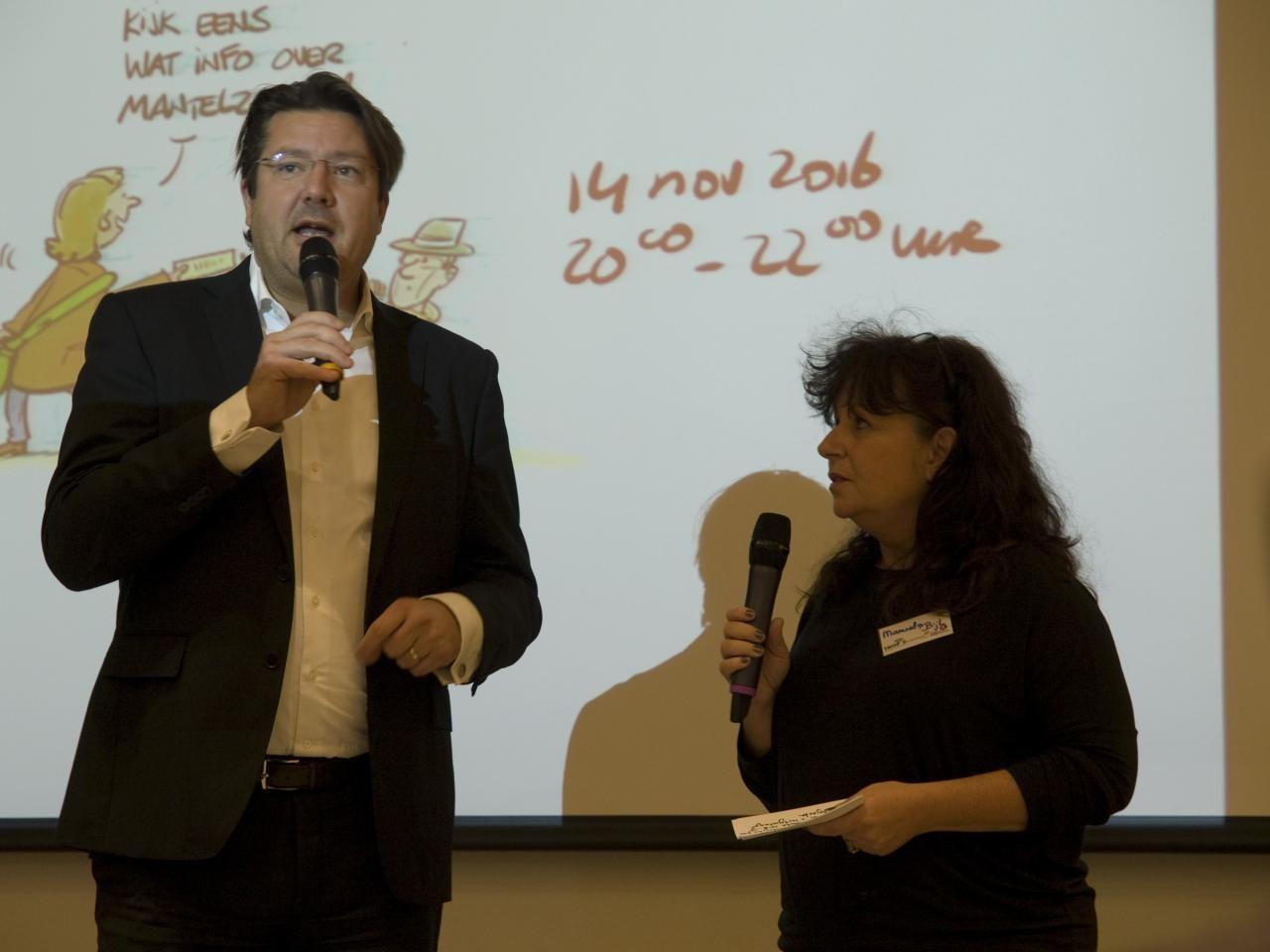 Wethouder Bernard Minderhoud en Manuela Bijl geven de aftrap.