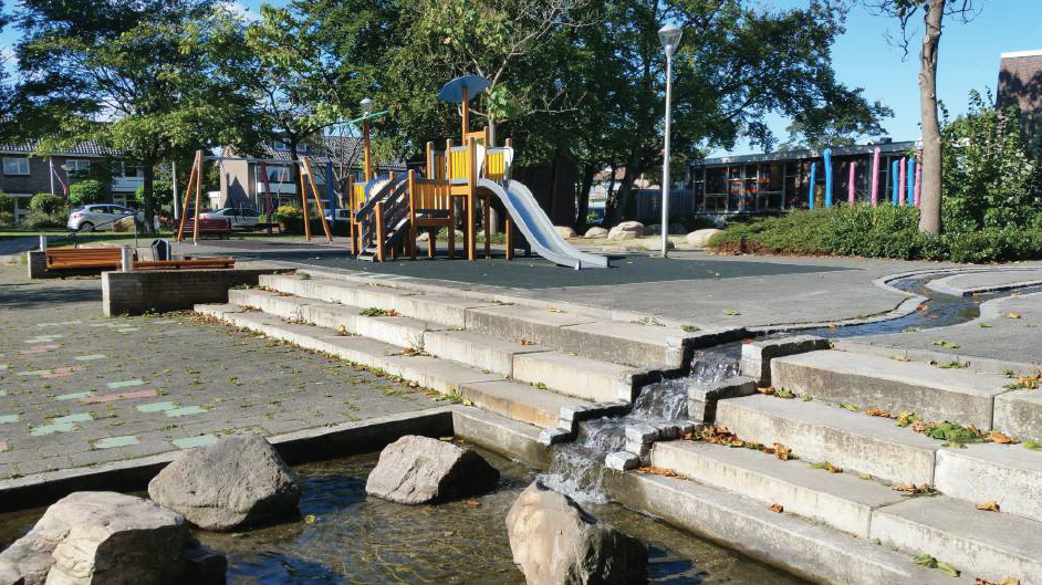 De speelplek aan de Julianalaan, vlakbij de bibliotheek, is het meest populair in de wijk. De speeltoestellen zijn nog in uitstekende staat. Leuk is hier de watergoot.