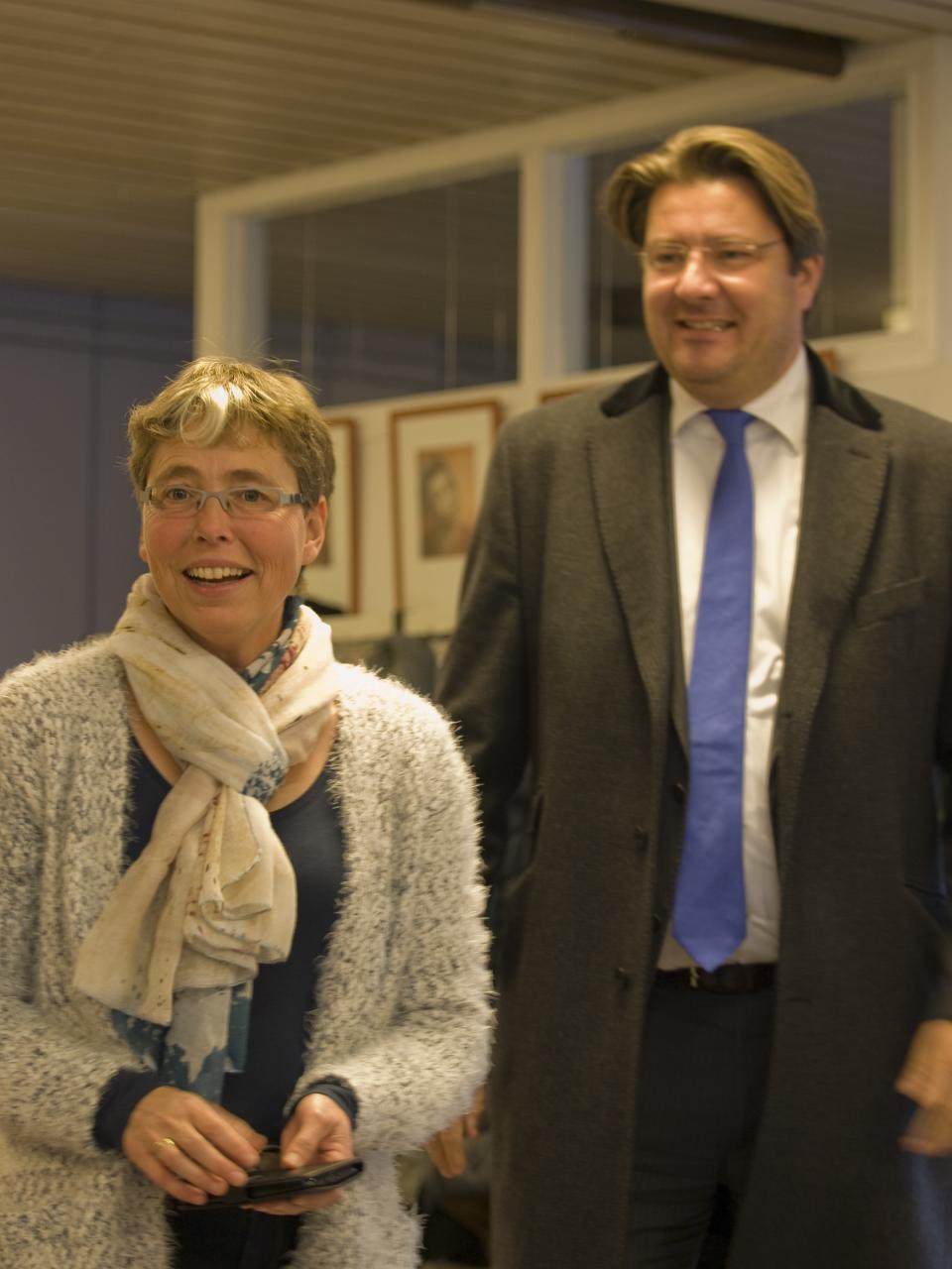 Francis Bennis van de SWOP, geflankeerd door wethouder Bernard Minderhoud.