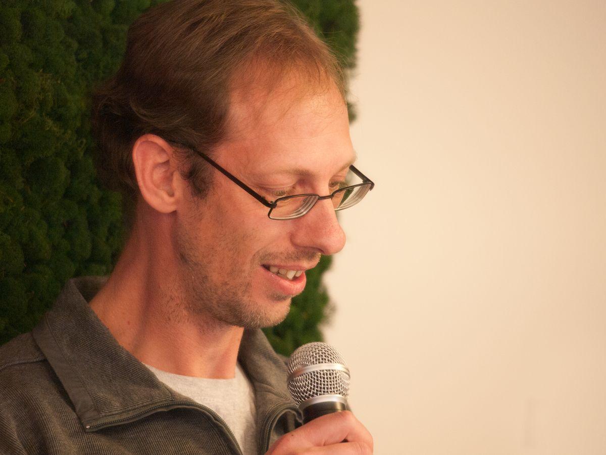 Dichter Jeroen den Harder leest voor uit eigen werk.