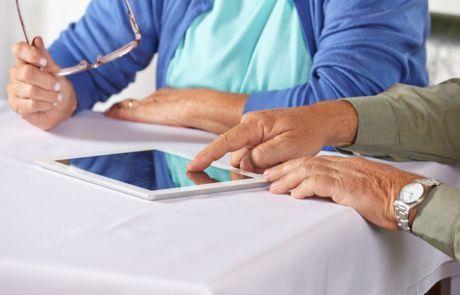 Ouderen leren werken met de iPad