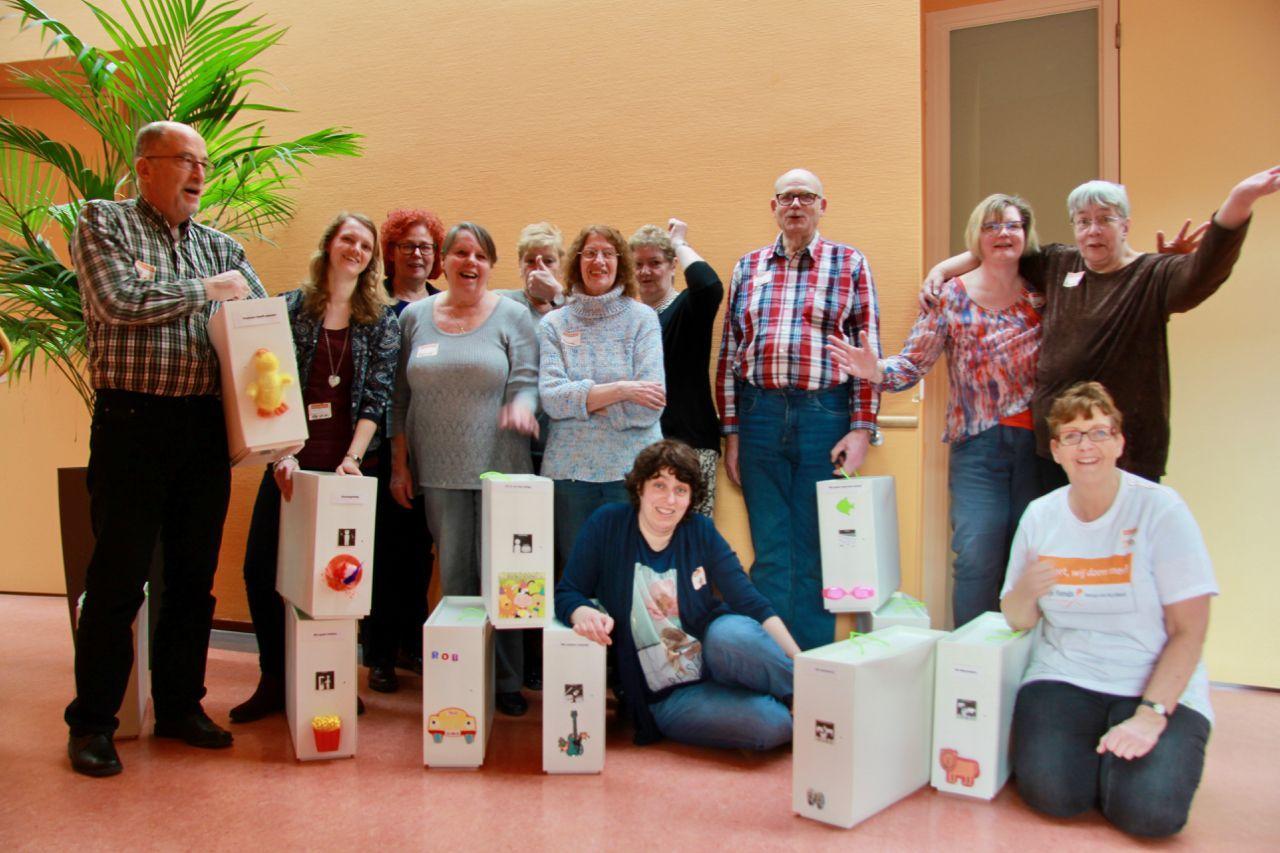 NL Doet-vrijwilligers maken voorleeskisten bij Ipse Nootdorp