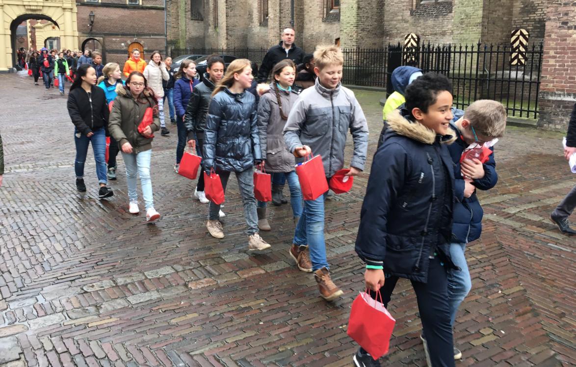 Leerlingen geven politici ideeën voor hoop met flashmob