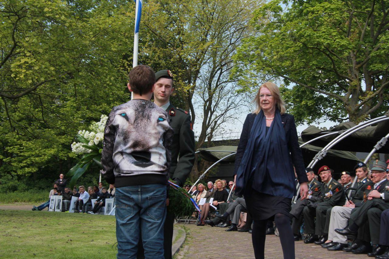 Burgemeester Ravestein legt krans bij herdenking Ypenburg