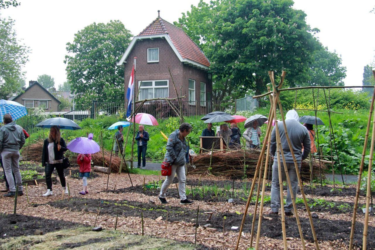 Wethouder Melzer opent buurttuin in Pijnacker-Noord