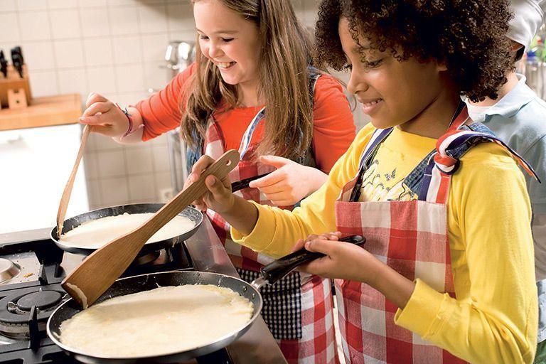Jongeren bakken pannenkoeken in welzijnscentrum