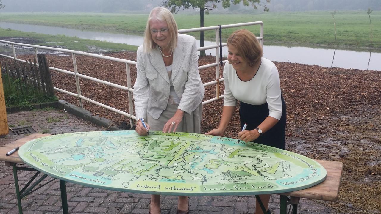 Burgemeesters tekenen op Buytenhouttafel